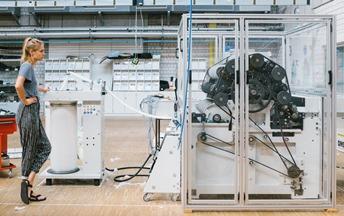 Die Bikomponentenfaser wird mit Hilfe der Krempelmaschine zu einem Vließband verarbeitet.